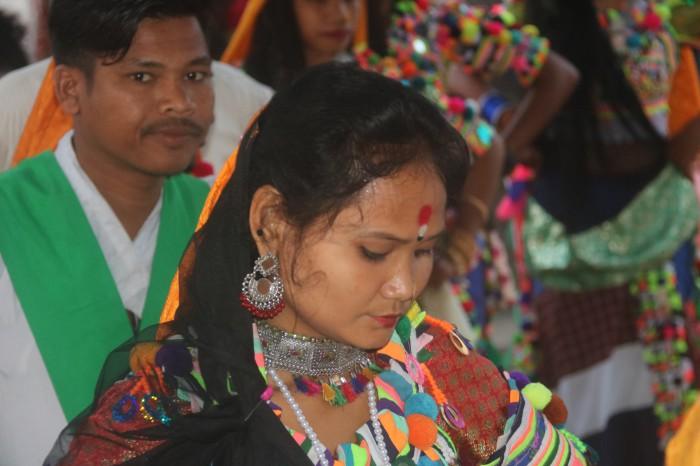 हाेरीक दाेस्राे दिन नाचत एेसे कहत रानाथारू ( भिडियाे मे )