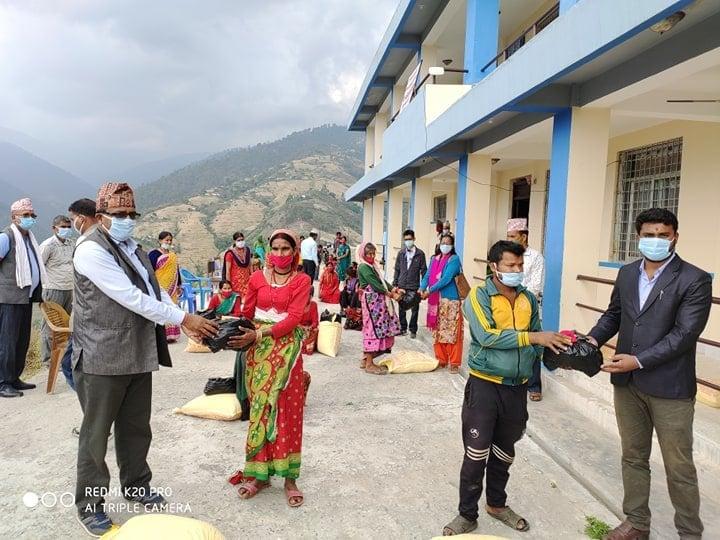 धनगढी जेसिजका महासचिव कलेन्द्र शाहीको नेतृत्वमा कपल्लेकीका एक सय अति विपन्न परिवारलाई राहत वितरण