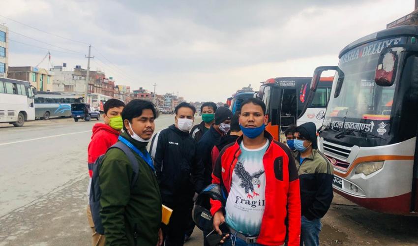 काठमाडाैँमे अलपत्र पडे मजदुर औ विद्यार्थीनके धनगढी पठाइ