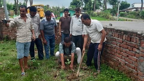 शिव आबि को परिसरमा स्वच्छ र हरियाली बाताबरणको निम्ति बृक्षारोपण , पुर्व समाजिक मन्त्रि साेडारी