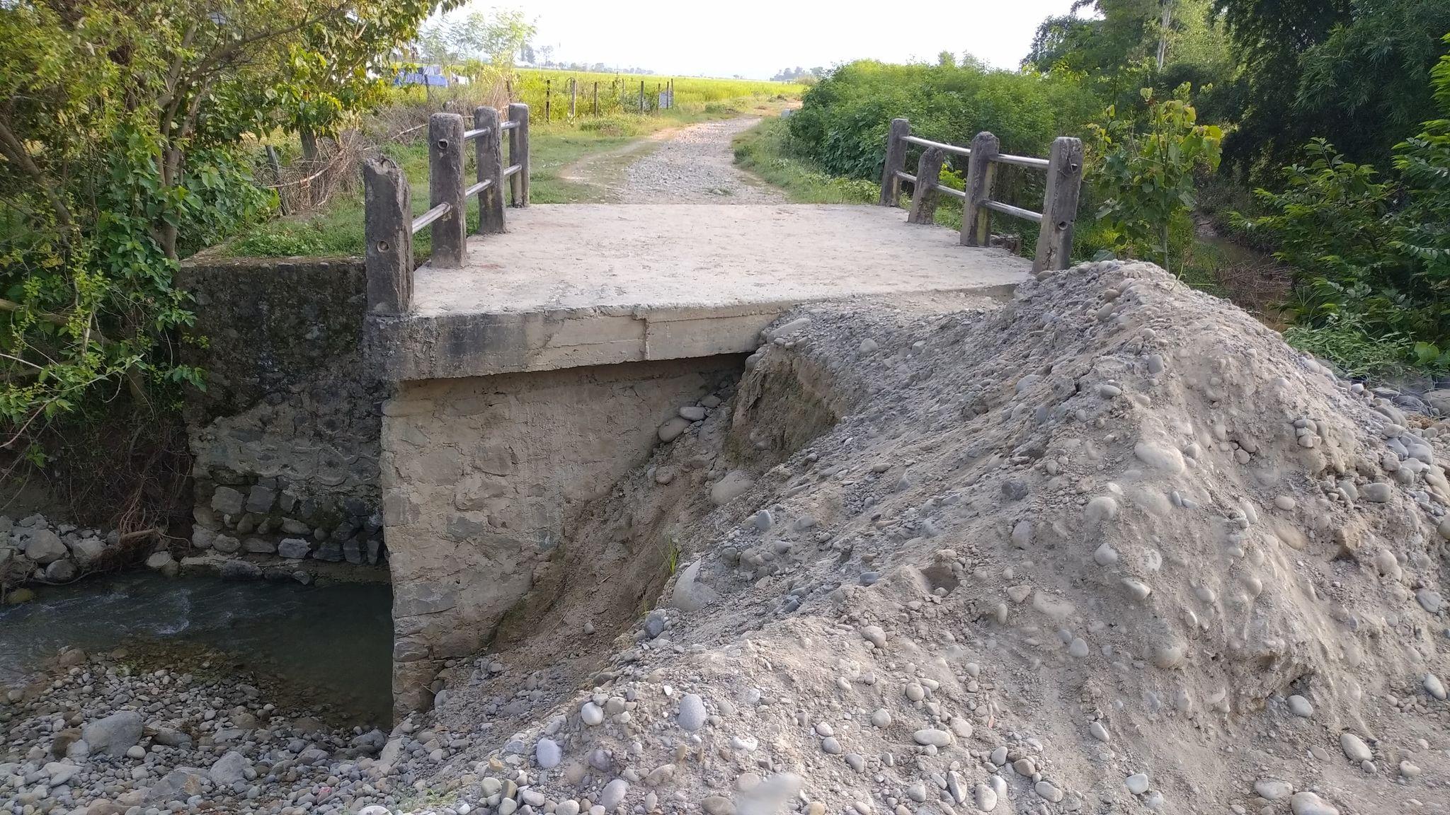 बाढीले पुल बगाउदा किसानहरू चिन्तामा