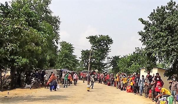 दशैकाे मुखमा पेटका लागि भारत जाने क्रम बढेकाे छ