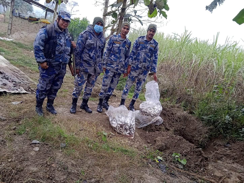 नेपाल सशस्त्र प्रहरीद्वारा अबैध माछा र चिनि बरामद गरि नष्ट गरिएको छ