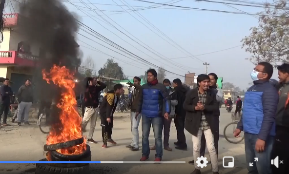 नेकपा प्रचण्ड–नेपाल समूहले धनगढीमा टायर बालेर प्रर्दशन