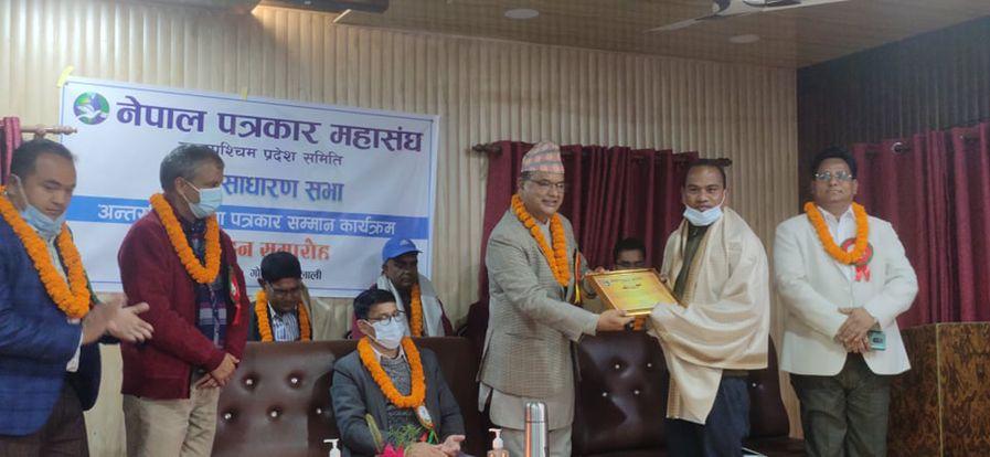 नेपाल पत्रकार महासंघले १२ जना पत्रकार सम्मानित