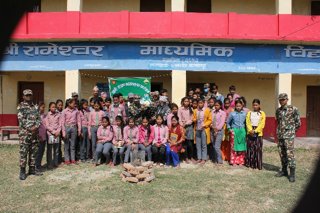 सुक्लाफाँटा राष्ट्रिय निकुन्ज श्री देवी दल गणले विद्यार्थिहरूलाई  खेलकुद समाग्री हस्तान्तरणा