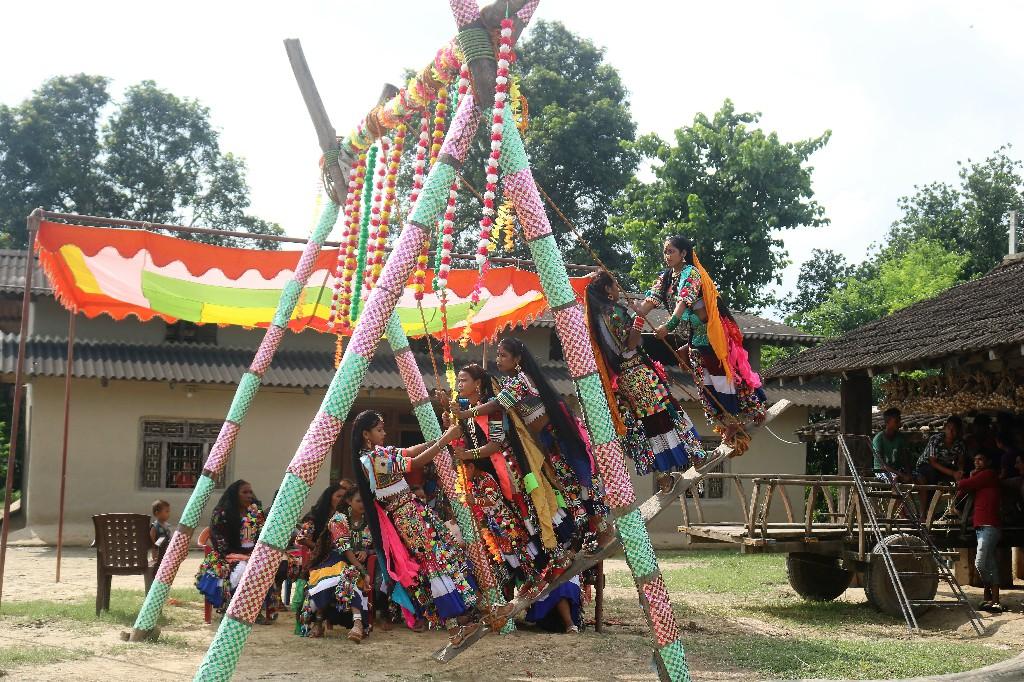 कैलारी गापा गदरेहा गाँवकी महिला सामनको डोला ऐसे खेली
